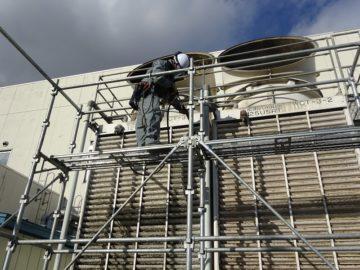 冷却塔のフィン洗浄作業