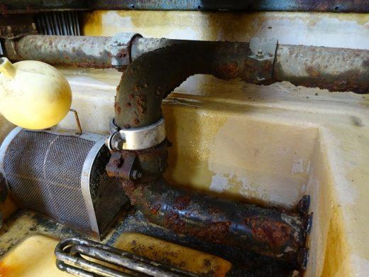 冷却水配管が腐食により漏れが発生